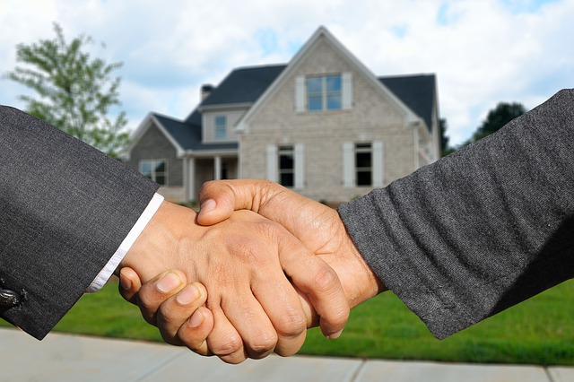Brentwood Tennessee Homebuyer and Seller Shake Hands in Front of the Newly Purchased Home